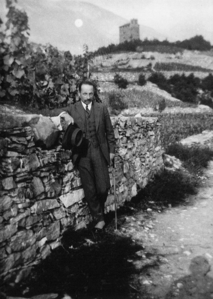 Rilke in den Walliser Weinbergen, um 1924 (Schweizerisches Literaturarchiv, SLA, Bern)