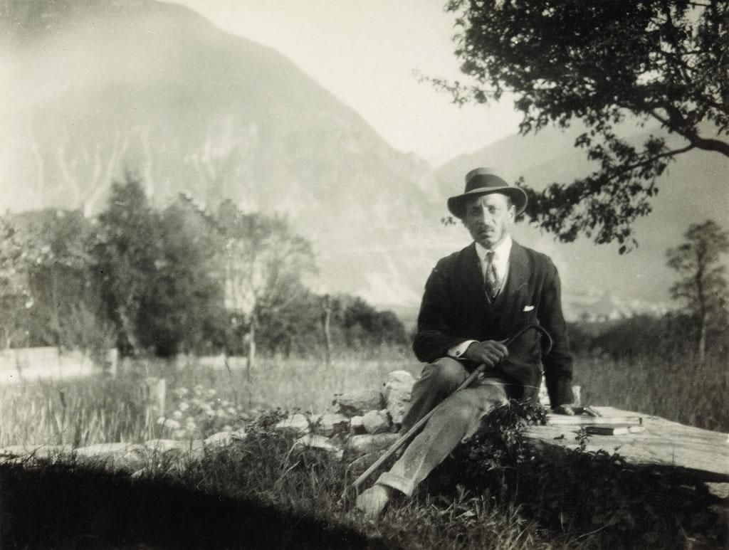 Rilke auf dem Mäuerchen bei der Kapelle von Muzot, 1924 (Schweizerisches Literaturarchiv, SLA, Bern)